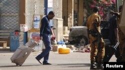 Un client de l'hôtel Splendid de Ouagadougou quitte les lieux au lendemain des attentats, dimanche 17 janvier 2016. (REUTERS/Joe Penney)