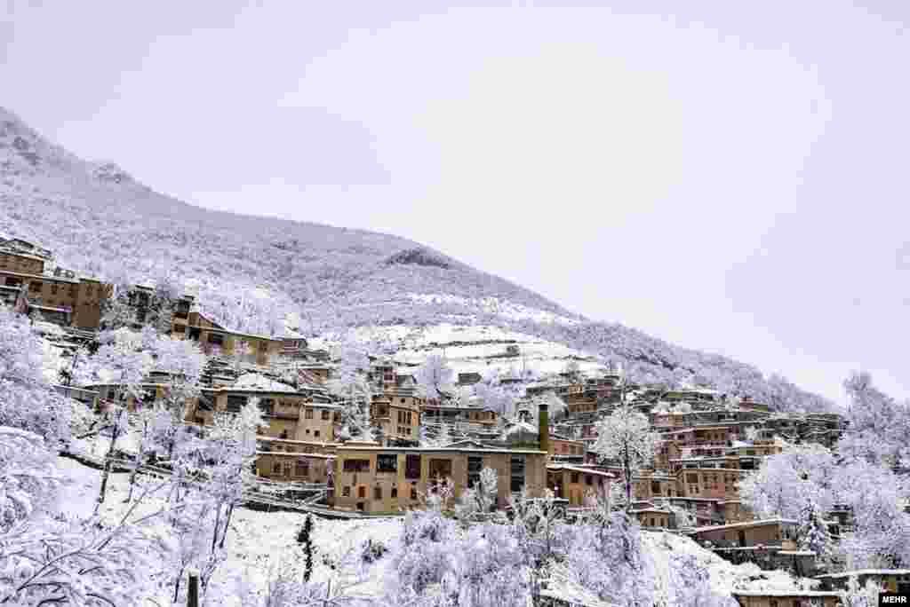 بارش برف در مناطق شمالی ایران، ماسوله را سفیدپوش کرد.