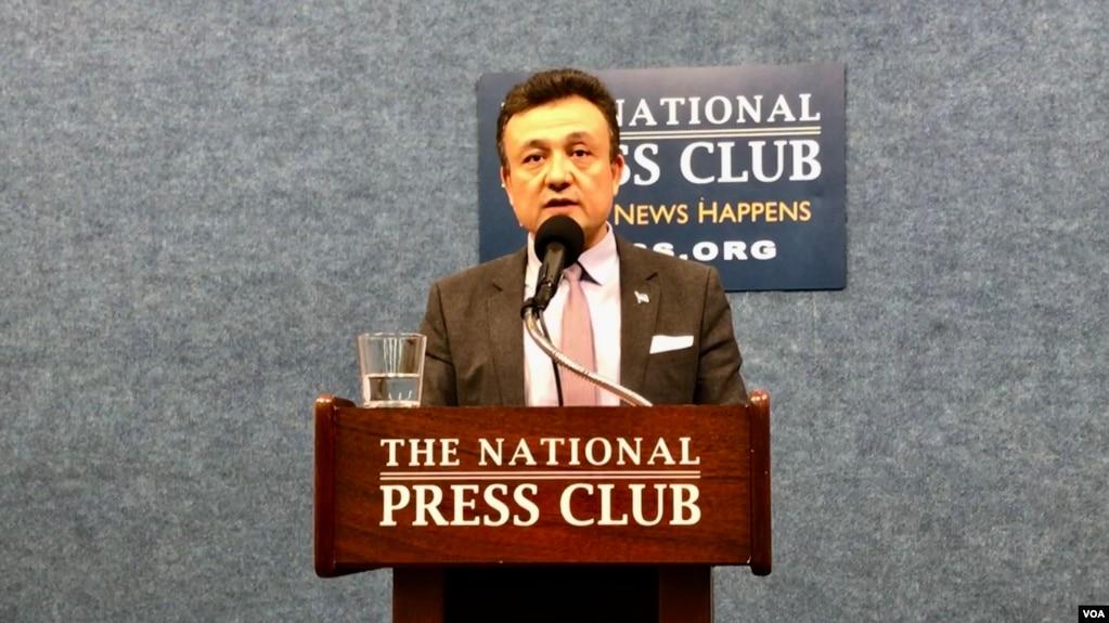 维吾尔族活动人士多里坤·艾沙在华盛顿国家记者俱乐部举行发布会。(美国之音萧雨拍摄)