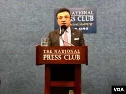 多里坤在华盛顿国家记者俱乐部举行发布会