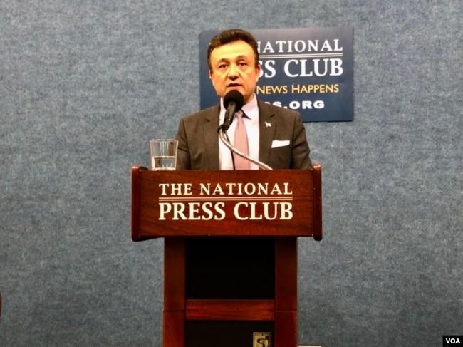 多里坤在華盛頓國家記者俱樂部舉行發布會