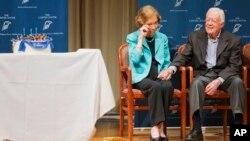 جیمی کارتر و روزالین در تولد ۹۰ سالگی او در اتلانتا. ۱اکتبر ۲۰۱۴ روزالین اشک هایش را از شنیدن ترانه ایمجین پاک میکند.