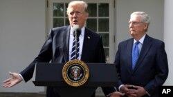 Predsednik Donald Tramp i lider republikanske većine u Senatu Mič Mekonel na konferenciji za novinare u Beloj kući, 16. oktobar 2017.
