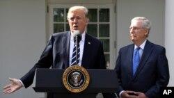 میچ مککانل رهبر اکثریت جمهوریخواه سنا و پرزیدنت ترامپ