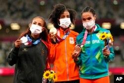 برندگان دو ۱۰ هزار متر در المپیک توکیو: سیفان حسن از هلند مدال طلا (وسط)، کالکیدان گزاهگنه از بحرین مدال نقره (دست چپ)، و لتسنبت گیدی از اتیوپی مدال برنز