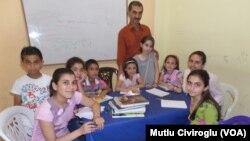 Abdulrahman Murşîd ligel xwendekarên xwe xwane dibe