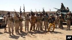 Binh sĩ Yemen giơ cao vũ khí tại khu vực chiếm lại từ tay al-Qaida ở tỉnh Shabwa, Yemen, 8/5/2014.