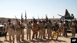 Tentara Yaman dengan persenjataan lengkap menduduki wilayah yang sebelumnya dikuasai al-Qaida di Shabwa, Yaman, (8/5/2014).