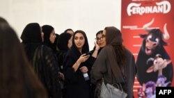 سعودی دارالحکومت ریاض کے شاپنگ مال 'ریاض پارک' میں عام پبلک کے لیے سینما تھیٹر کھلنے کے موقع پر خواتین فلم دیکھنے کے لیے جمع ہیں۔ 30 اپریل 2018
