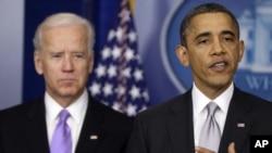 Tổng thống Obama đứng cùng Phó tổng thống Joe Biden (trái) khi phát biểu tại Tòa Bạch Ốc, thứ Tư, 19/12/2012. (AP Photo/Charles Dharapak)