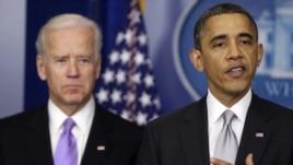 Prezidan Barack Obama ak Vis-Prezidan Joe Biden pandan anons fòmasyon yon komisyon sou revizyon lwa konsènan kontwòl zam Ozetazini.