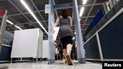 독일 프랑르푸르트 공항에서 한 승객이 공항 검색대를 통과하고 있다. (자료사진)