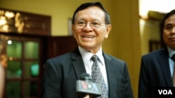 """Kem Sokha talks to VOA reporters before he leaves for the court for his trial over the charge of """"Conspiring With Foreign State"""" on 16th January, 2020.(Malis Tum/VOA)"""