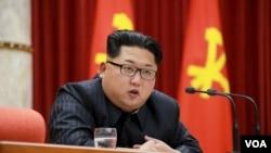 2016年1月13日,北韓領導人金正恩在向參與平壤宣布的氫彈試爆的科技人員、工兵和工作人員頒獎儀式上講話。