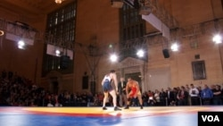Iranian and American wrestlers take part in an exhibition match at Grand Central Terminal in New York, May 15, 2013. (A. Azizzada/VOA)
