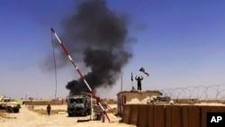 Chiến binh nhóm Nhà nước Hồi giáo ISIL phất cờ tại một căn cứ quân sự ở tỉnh Ninevah, Iraq.