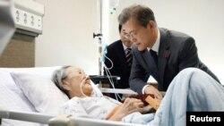 TT Hàn quốc Moon Jae-in gặp gỡ bà Kim Bok-dong, một phụ nữ Triều Tiên bị bắt cóc để phục vụ tình dục binh sĩ Nhật Hoàng trong thời chiến. tại một bệnh viện ở Seoul, Hàn quốc. Blue House/Yonhap via REUTERS