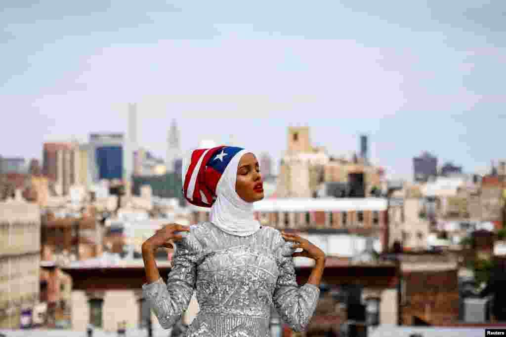 Seorang model dan mantan pengungsi Halima Aden berpose di sebuah studio di New York City.