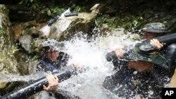 Binh sĩ Thái Lan tìm cách chặn nước chảy vào hang hôm 7/7.