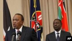 Rais wa Kenya Uhuru Kenyatta (kushoto) akiwa na Makamu wake William Ruto, kulia Ikulu ya Nairobi, Kenya, Sept. 21, 2017.