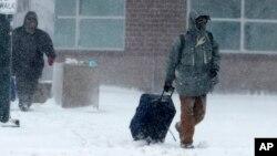 En Dakota del Sur, el gobernador decretó el cierre de todas las oficinas estatales el jueves al llegar la nevada, al tiempo que fuertes vientos, neviscas y caminos llenos de nieve dificultaron los viajes en el oeste de Nebraska.