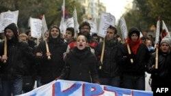 Hàng ngàn người xuống đường trong thủ đô Athens để phản đối việc cắt giảm lương bổng và các biện pháp kiệm ước.