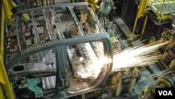 Một robot đang hỗ trợ lắp ráp xe hơi tại nhà máy của General Motors.