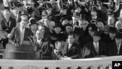 Le président John F. Kennedy prononce son discours d'investiture au Capitole à Washington après avoir prêté serment, le 20 janvier 1961.