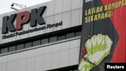 Sebuah banner berisi ajakan kepada seluruh warga untuk melawan korupsi dipasang di tembok kantor Komisi Pemberantasan Korupsi (KPK) di Jakarta (foto: dok). Komisi III DPR telah memilih lima pimpinan KPK periode 2015-2019 melalui pemungutan suara.