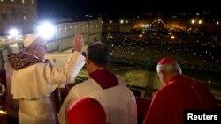 El recien electo papa Francisco dijo en sus primeras palabras a su audiencia que esperaba la bendición de los fieles. El mundo parece haberle escuchado.