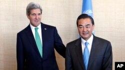 존 케리 미국 국무장관(왼쪽)과 왕이 중국 외교부장이 25일 유엔 총회에서 열린 안보리 상임이사국 외무장관 회담에 참석했다.