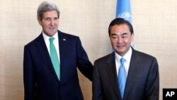 中國外交部長王毅星期四在紐約和美國國務卿克里會晤(2013年9月25日資料照片)