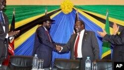 Rais Salva Kiir (L) akipeana mikono na Makamu Rais wa kwanza Riek Machar.