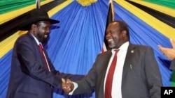 Poignée de main entre le président sud-soudanais Salka Kiir et le chef de la rébellion Machar Riek, à Arusha, Tanzanie, 21 janvier 2015