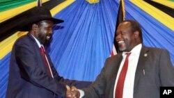 Salva Kiir, président du Soudan du Sud, à gauche, salue et Riek Machar, chef des rebelles sud-soudanais.