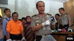 Humas Mabes Polri Brigjen Boy Rafli Amar menunjukkan bukti bom rakitan pada insiden di Beji, Depok. (VOA/Andylala Waluyo)