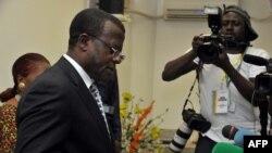 Umukuru wa komisiyo y'Amatora muri Kameruni (ELECAM) Samuel Fonkam Azu'u, avugana n'abanyamakuru i Yaoundé mu 2011