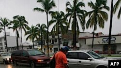 Các lệnh cảnh báo bão đã được ban hành cho các khu vực du lịch dọc bờ biển tây nam Mexico