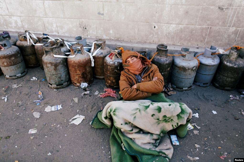 예멘에서 3년째 이어지고 있는 내전으로 요리용 가스 공습 부족 사태가 계속되는 가운데, 한 남성이 예멘 수도 사나의 한 주유소 밖에 일렬로 세워놓은 가스통들 사이에 잠들어 있다.