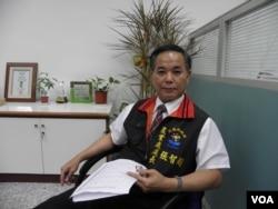 花莲县政府农业处处长张智超在办公室回答记者问题 (美国之音木风拍摄)