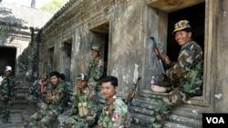 Tentara Kamboja siaga di Kuil Preah yang berusia 900 tahun, dan menjadi sengketa antara Thailand dan Kamboja.