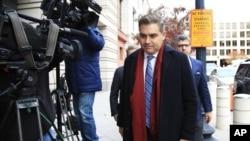 Корреспондент CNN Джим Акоста у здания федерального суда в Вашингтоне, 14 ноября 2018 года