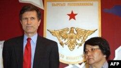 AQSh Davlat kotibi muovini Robert Bleyk va Qirg'iziston rahbari Roza Otunbayeva.14 aprel 2010 yil.