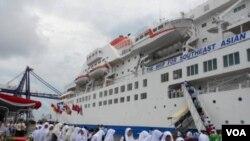 Para pengunjung, sebagian besar pelajar, diperbolehkan melihat-lihat isi kapal Fujimaru yang sedang singgah di Pelabuhan Tanjung Priok (25/11).
