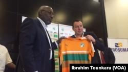 Marc Wilmots, le sélectionneur des Eléphants de la Côte d'Ivoire lors d'une conférence de presse à Abidjan, Côte d'Ivoire, 22 mars 2017. (VOA/Ibrahim Tounkara).