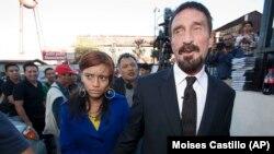 Le fondateur d'une société de logiciels, John McAfee, à droite, accompagné de sa petite amie (qui deviendra son épouse), après une conférence de presse devant la Cour suprême à Guatemala City, au Guatemala, le mardi 4 décembre 2012.