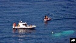 6일 터키 인근 해역에서 불법 이민자들을 태운 선박이 침몰하는 사고가 발생한 가운데, 구조 작업 중인 터키 해양 경찰.