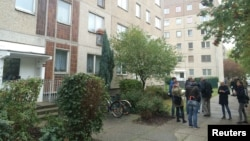 10일 독일 경찰이 폭탄공격 모의 용의자를 체포한 라이프치히 아파트 앞에 기자들이 모여있다.