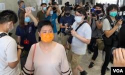 民主派初选47人案其中一名被告、民主党前立法会议员黄碧云(橙色口罩者)到法庭应讯 (美国之音/汤惠芸)