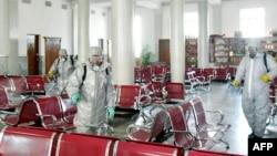 北韓官方朝中社2020年2月15日發布的照片顯示,身穿防護服的人員在北韓一個沒有說明的地點噴灑消毒劑以防範新冠病毒。
